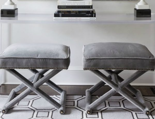 benches Two Benches Below a Console Table: the Trend That You Need To Know Decorar con taburetes decoracion interiorismo IconsCorner 23 600x460